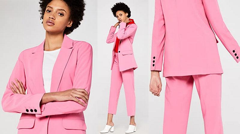 Traje rosa con solapa y un solo botón, de corte clásico y ligeramente entallado